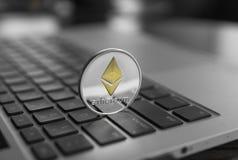 Символ на компьтер-книжке, валюта монетки Ethereum будущей концепции финансовая, секретный знак валюты Минирование Blockchain циф стоковая фотография