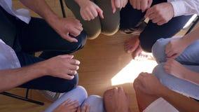 Символ поддержки, много рук делает круг кулаков на психотерапии группы в замедленном движении акции видеоматериалы