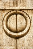 Символ поцелуя на стробе поцелуя высек в известняке в Targu-Ji Стоковое Изображение RF