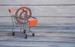 Символ электронной почты, магазинная тележкаа стоковые изображения