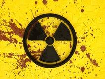 символ 3d ядерного загрязнения на желтой кирпичной стене с splatters крови стоковые изображения rf