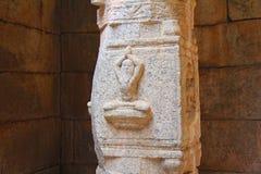 Символ Yogi на столбце в виске Индии Hampi стоковое изображение rf