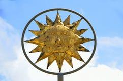 Символ бога Солнця против голубых небес Стоковые Фото