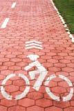 Символ велосипеда на красном пути велосипеда Стоковое Изображение RF
