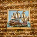 Символические изображения на старой кирпичной стене здания города Стоковое фото RF