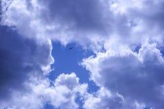 Символическое изображение летания самолета планера в стрелку в небе Стоковая Фотография RF