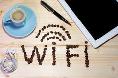 Символ и кофе WIFI на таблице дела Стоковое фото RF
