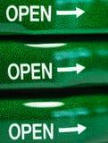Символ на зеленой крышке бутылки, макрос Стоковое Фото