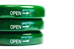 Символ на зеленой крышке бутылки с белой предпосылкой Стоковая Фотография
