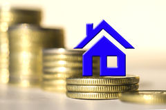 Символ недвижимости на заднем плане монеток баров Стоковые Фотографии RF