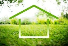 Символ дома на зеленом ландшафте Стоковая Фотография