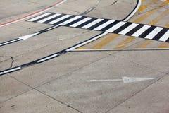 Символ дороги на авиапорте взлётно-посадочная дорожка стоковые фотографии rf