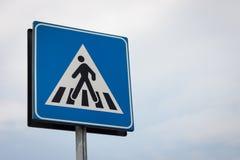 Символ дорожного знака пешеходного перехода Стоковые Изображения