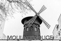 Символ румян Moulin ночной жизни Парижа в черно-белом стоковое фото