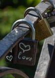 Символ сердца влюбленности вечный на замке металла Романтичная принципиальная схема Милая предпосылка валентинки Стоковое Изображение RF