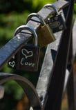 Символ сердца влюбленности вечный на замке металла Романтичная принципиальная схема Милая предпосылка валентинки Стоковые Фотографии RF