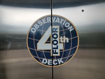 Символ четвертой палубы и глобуса пола замечания на двери лифта Стоковые Фото