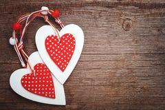 Символы влюбленности и привязанности 2 сердца на деревянной предпосылке Стоковые Изображения