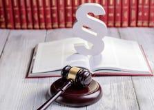 Символы закона в библиотеке суда Стоковая Фотография