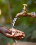 Символ Scarsity воды - выпивающ для африканских детей Стоковые Фотографии RF