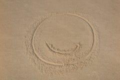 Символ & x22; smile& x22; на форме чертежа предпосылки пляжа на песке Стоковые Изображения