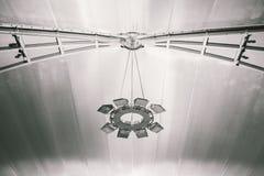 Симметричная большая лампа на потолке в авиапорте Стоковое фото RF