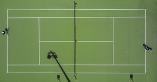 Симметричная воздушная съемка поля тенниса стоковые фотографии rf