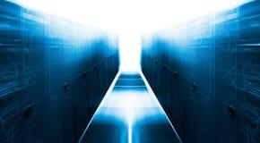 Симметричная футуристическая современная комната сервера в центре данных с ярким светом Стоковые Фотографии RF