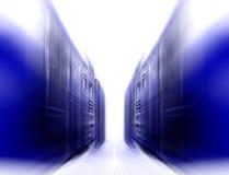 Симметричная футуристическая современная комната сервера в центре данных с ярким светом Стоковые Изображения RF