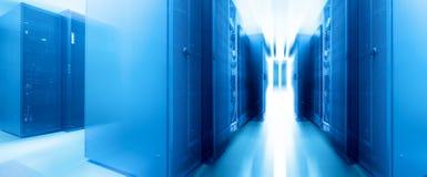 Симметричная футуристическая современная комната сервера в центре данных с яркими светом и движением Стоковые Изображения