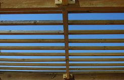 симметрично Древесина против предпосылки bule глубинная вытяжка компаса предпосылки зодчества голубая сверх стоковые изображения rf