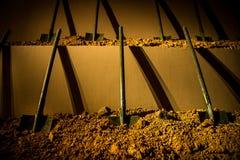 6 симметрично помещенных лопаткоулавливателей вставленных в землю стоковое фото