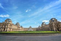 Симметричный взгляд главного двора дворца жалюзи с историческими зданиями и современной пирамидой, Парижем Францией стоковое изображение rf