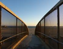 Симметричный взгляд дорожки водя к пляжу в Санта-Моника, Калифорнии Стоковые Изображения RF