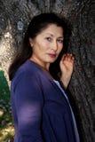 Симпатичная азиатская женщина играя бадминтон Стоковые Фотографии RF
