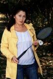 Симпатичная азиатская женщина играя бадминтон Стоковые Фото