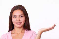 Симпатичная латинская девушка задерживая ее левую ладонь Стоковые Фотографии RF