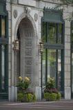 Симпатичная богато украшенная каменная дверь в городском Индианаполисе, ВНУТРИ Стоковые Фото