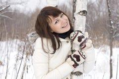 Симпатичная девушка стоя близкая береза Стоковые Фото