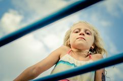 Симпатичная девушка с длинным портретом волос на спортивной площадке стоковое изображение rf