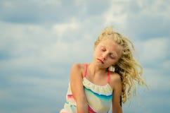 Симпатичная девушка с длинным портретом волос стоковая фотография