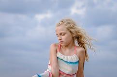 Симпатичная девушка с длинным портретом волос стоковые фотографии rf