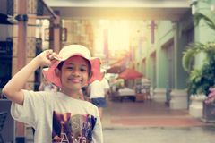Симпатичная девушка с соломенной шляпой в торговом центре стоковые изображения