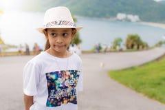 Симпатичная девушка с соломенной шляпой на накидке promthep стоковое изображение