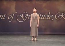 Симпатичная девушка Amerasian 13 yearold выполняя танец джаза Стоковая Фотография