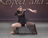 Симпатичная девушка Amerasian 13 yearold выполняя танец джаза Стоковая Фотография RF