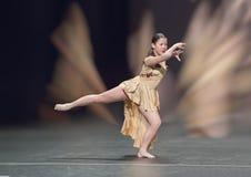Симпатичная девушка Amerasian 13 yearold выполняя танец джаза Стоковое Фото