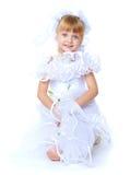Симпатичная девушка в белом платье Стоковые Фото