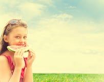 Симпатичная девушка есть арбуз Стоковая Фотография