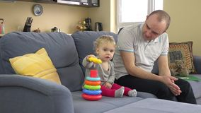 Симпатичная девушка и любящий отец играют красочные кольца пирамиды Человек одобряет дочь акции видеоматериалы